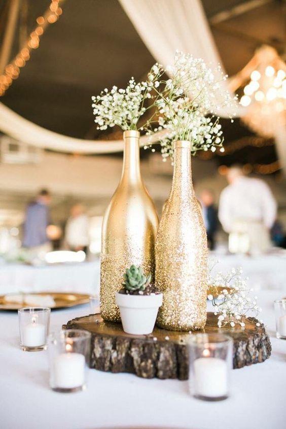 centro de mesa con botellas para bodas de oro