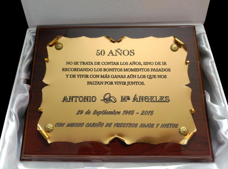 placa conmemorativa dorada